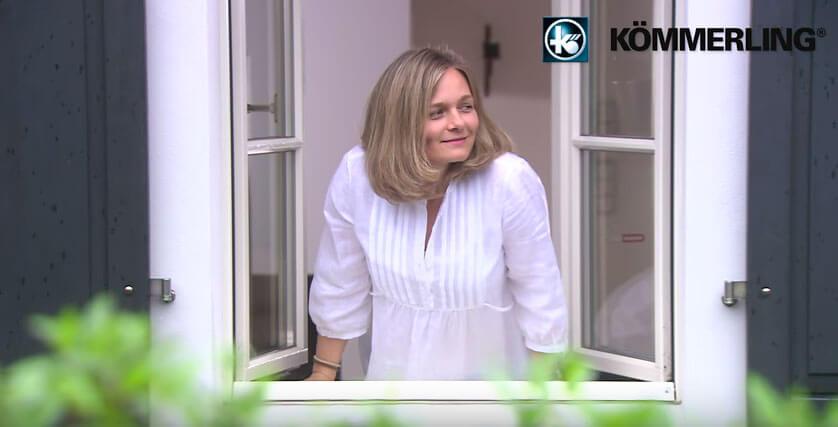 ventanas pvc mujer abriendo ventanas