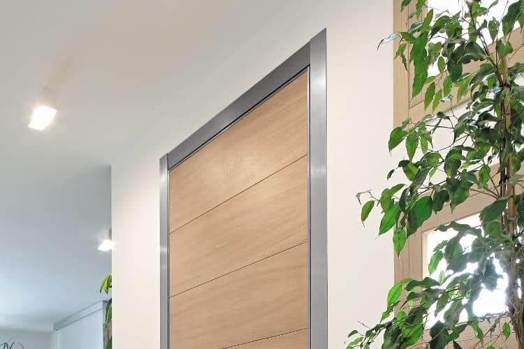 puerta pivotante coplanaridad