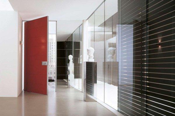 puerta pivotante roja interior